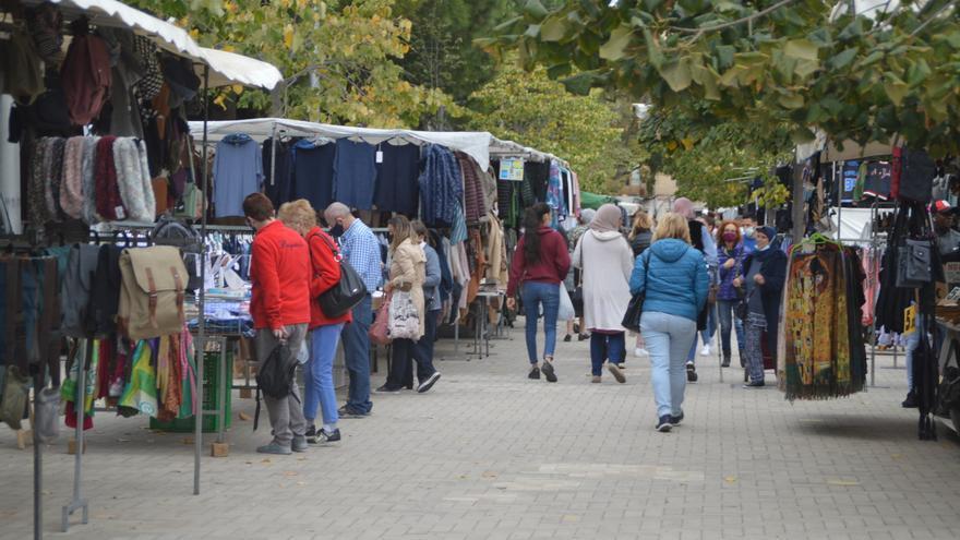 El retorn del mercat de la roba al centre de Figueres anima l'ambient comercial