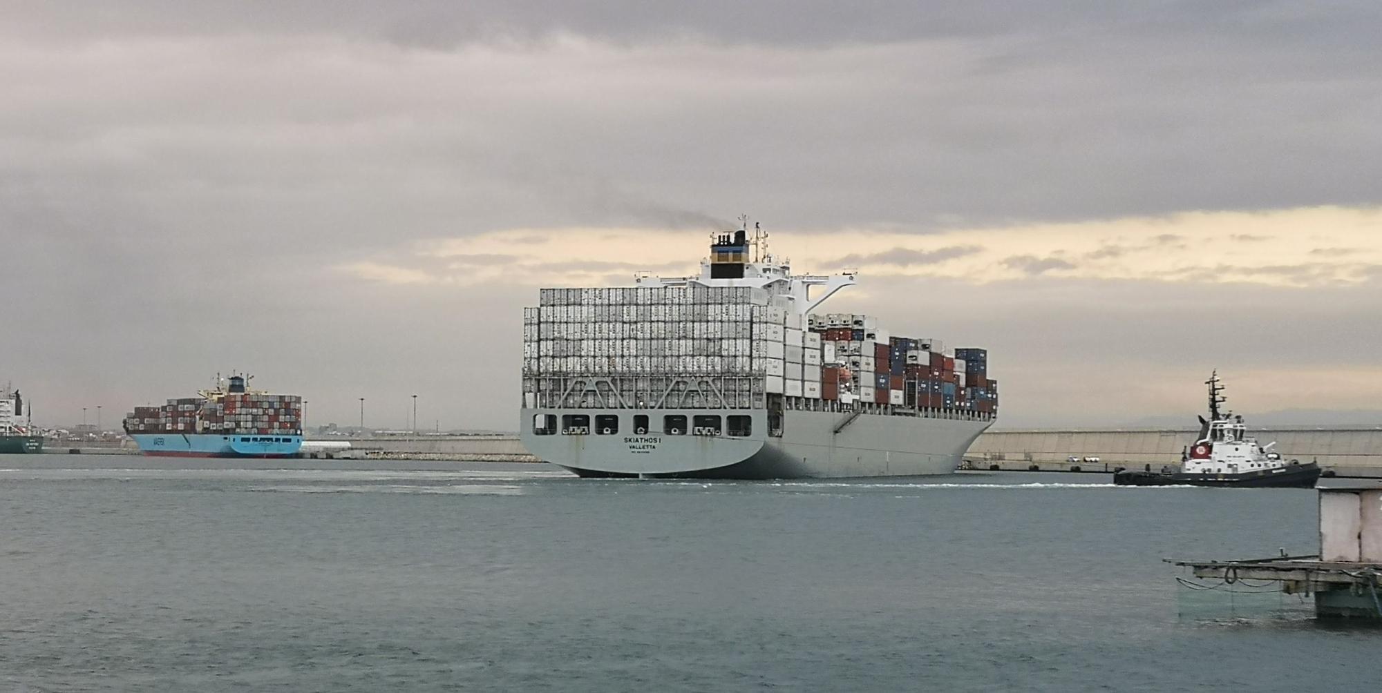 El Puerto de València confina en cuarentena dos buques con tripulantes sintomáticos de COVID-19