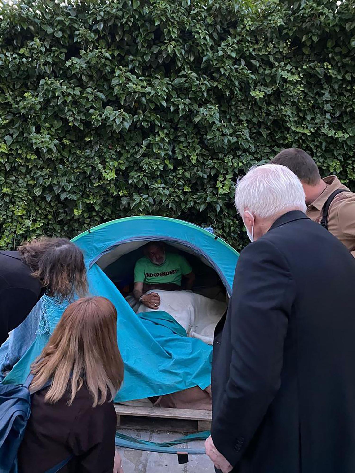 El cardenal Cañizares visita el campamento de la calle Gaspar Bono