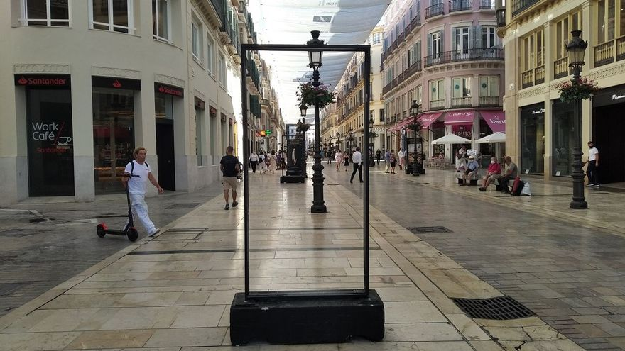 Identifican a un menor tras provocar daños en la exposición fotográfica de la calle Larios