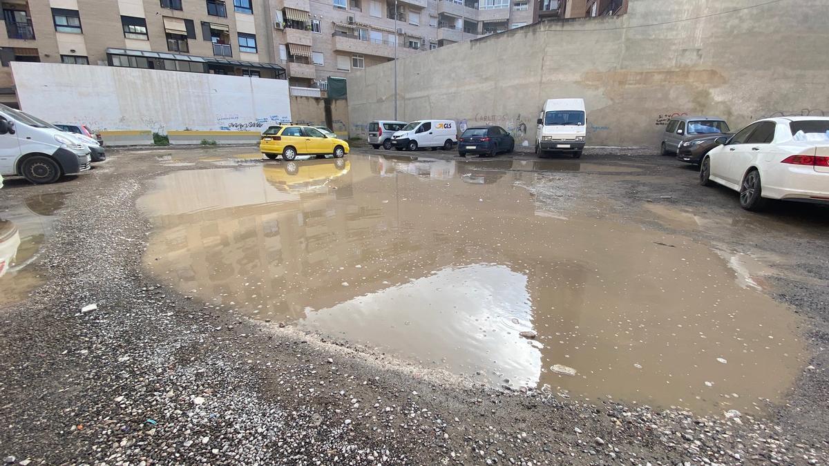 Solar cedido para estacionamiento anegado por las lluvias