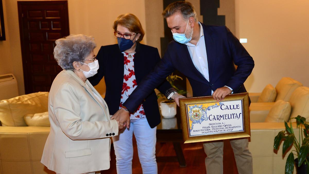 Felisa Gallego (izquierda), junto a la concejala de Cultura y el alcalde.