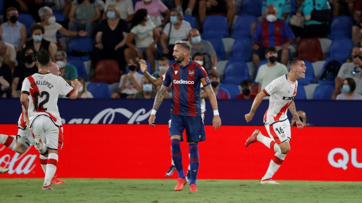 Los futbolistas del Rayo celebran el empate ante la desolación de Morales.