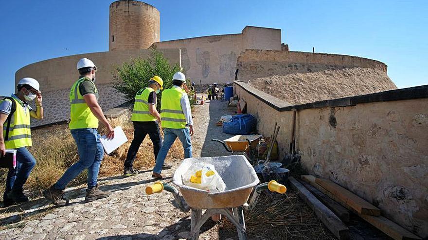 Acometen las obras de reconstrucción de la puerta del castillo de Elda