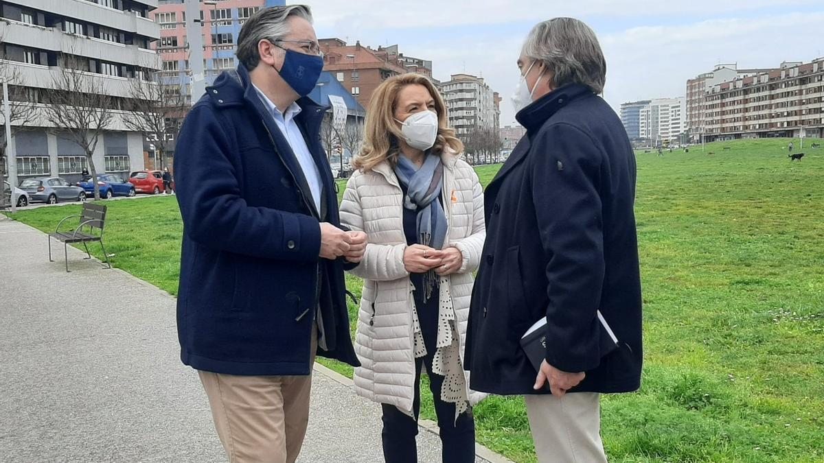 """Por la izquierda, Pablo González, Teresa Mallada y Alberto López-Asenjo, en el """"solarón""""."""