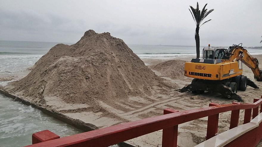 Acumulaciones inéditas de arena impiden la renovación del agua en los lagos de Alcúdia