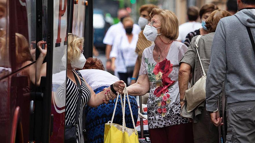 Personas con mascarillas por la capital tinerfeña.