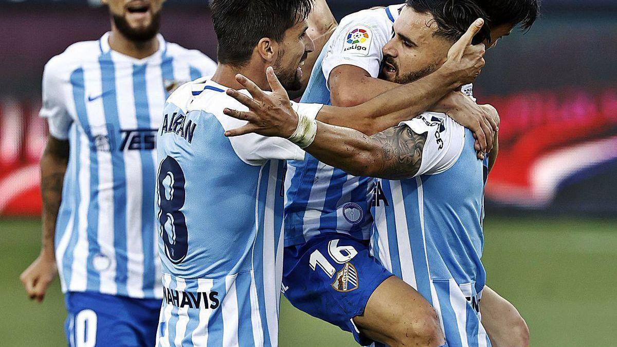 Los jugadores del Málaga celebran uno de sus goles contra el Girona.