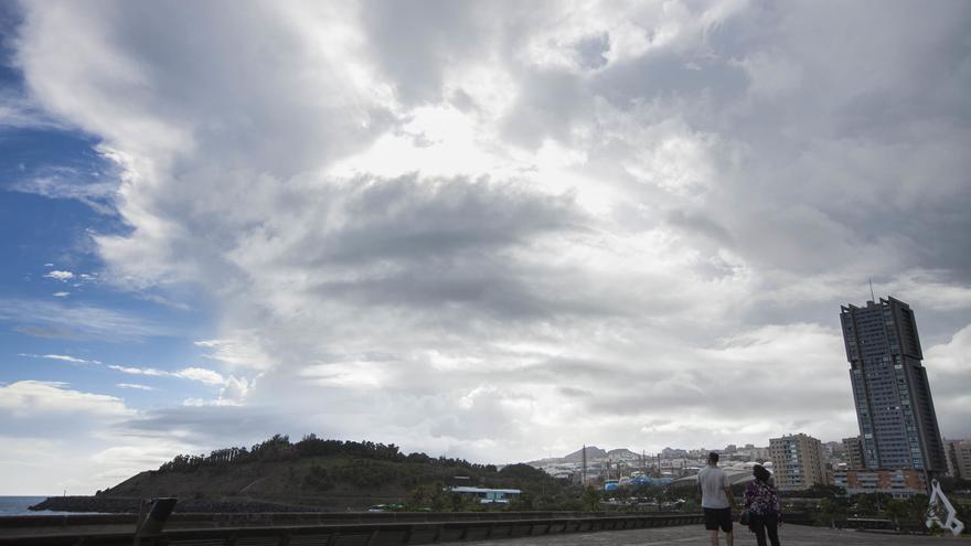 Este lunes proseguirán los cielos nubosos al norte de Canarias