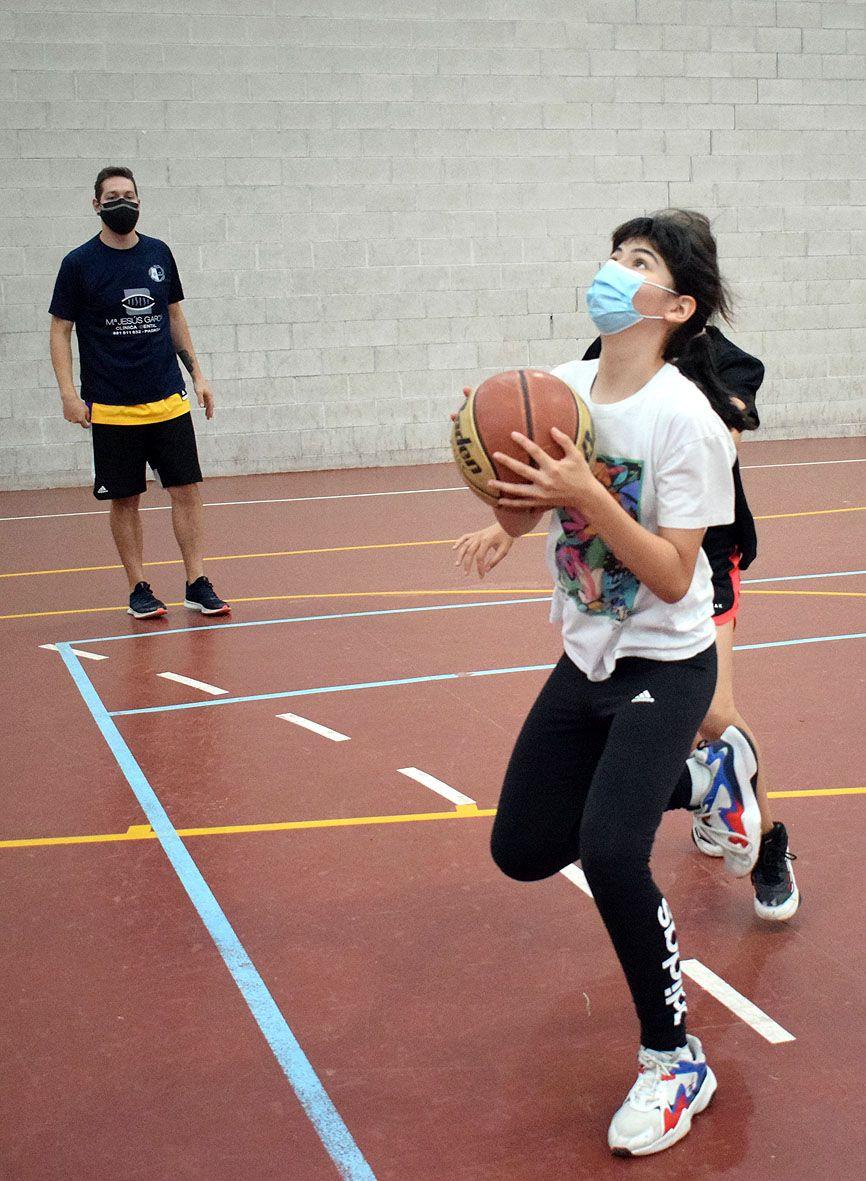 Los entrenadores quieren que los niños se familiaricen con el baloncesto.