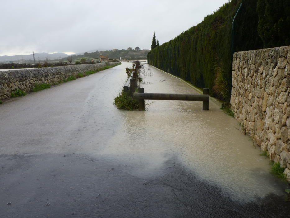 Überflutete Straße in der Gemeinde Montuïri.
