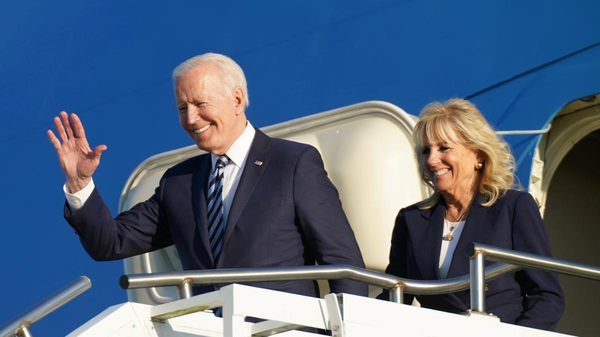 El presidente de Estados Unidos, Joe Biden, junto con su esposa a su llegada a la reunión del G7.