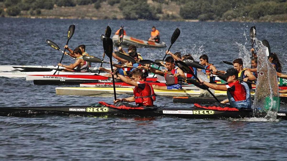 II Campeonato Regional de piragüismo realizado en Villardeciervos el año pasado | N.R.C.