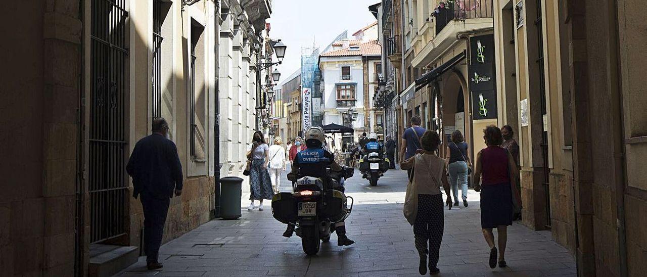 Patrulla de la policía local por la calle Cimadevilla.
