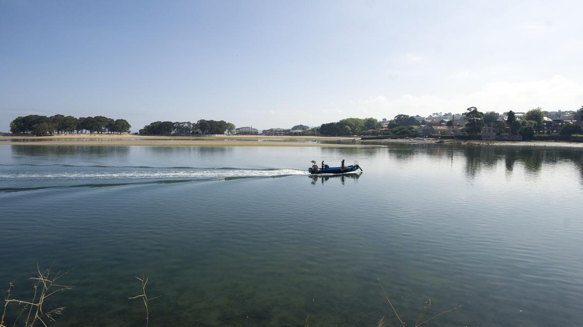 Una embarcación en la ría coruñesa bajo un cielo despejado. / Casteleiro/RollerAgencia