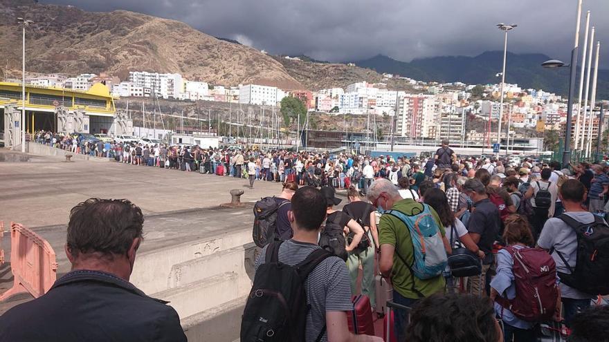 Cientos de personas se agolpan en el muelle para salir de La Palma