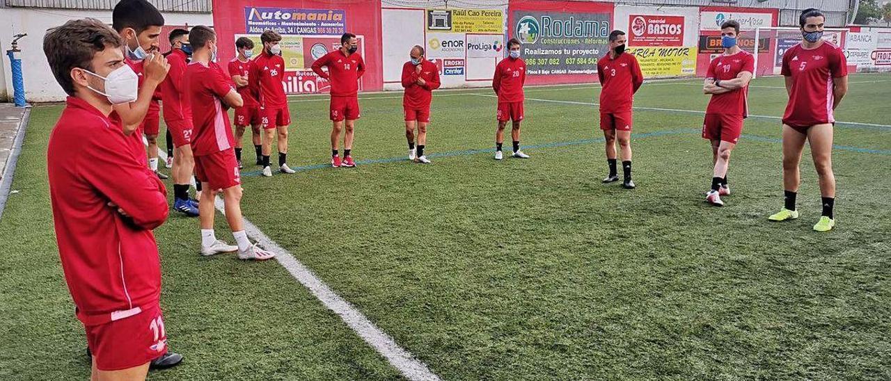 Futbolistas del Alondras en un entrenamiento reciente en el campo de O Morrazo.