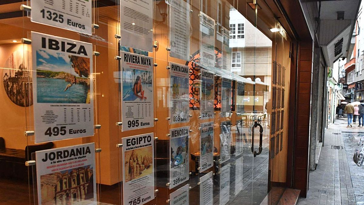 Escaparate con ofertas en una agencia de viajes de la calle Galera. |  // VÍCTOR ECHAVE