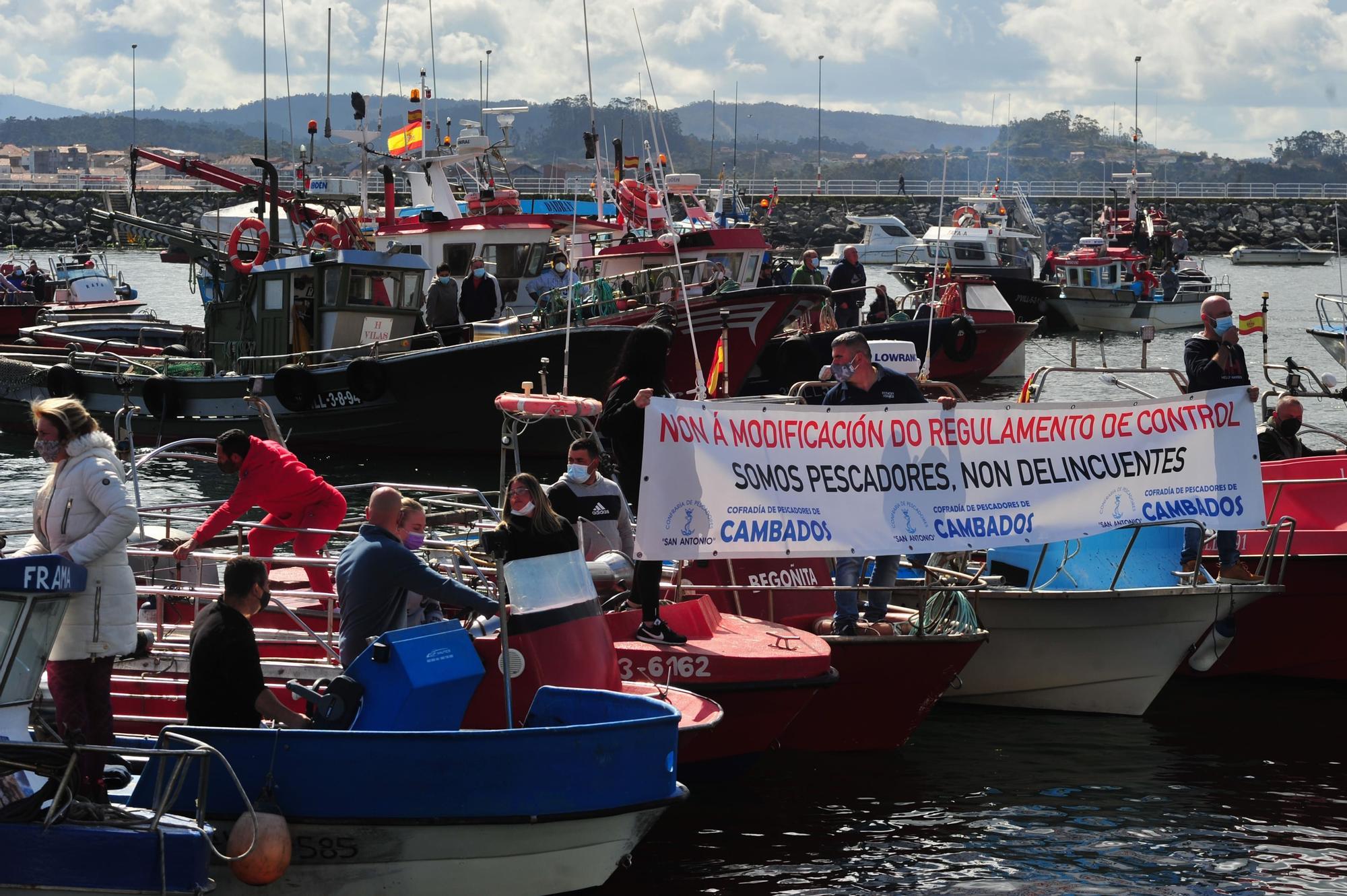 La protesta desarrollada por la flota de Cambados contra el reglamento de la UE, ayer.    Iñaki Abella (10)-min.jpg