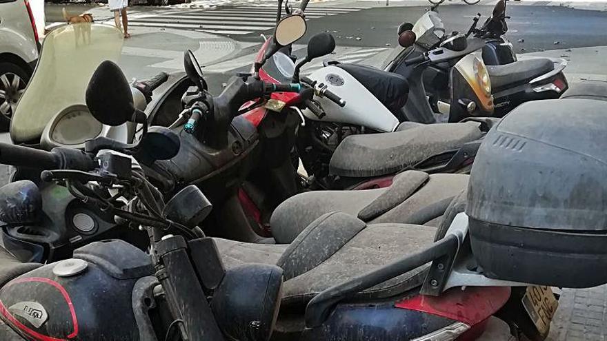 Denuncian el abandono de motos en la calle Reina Laura