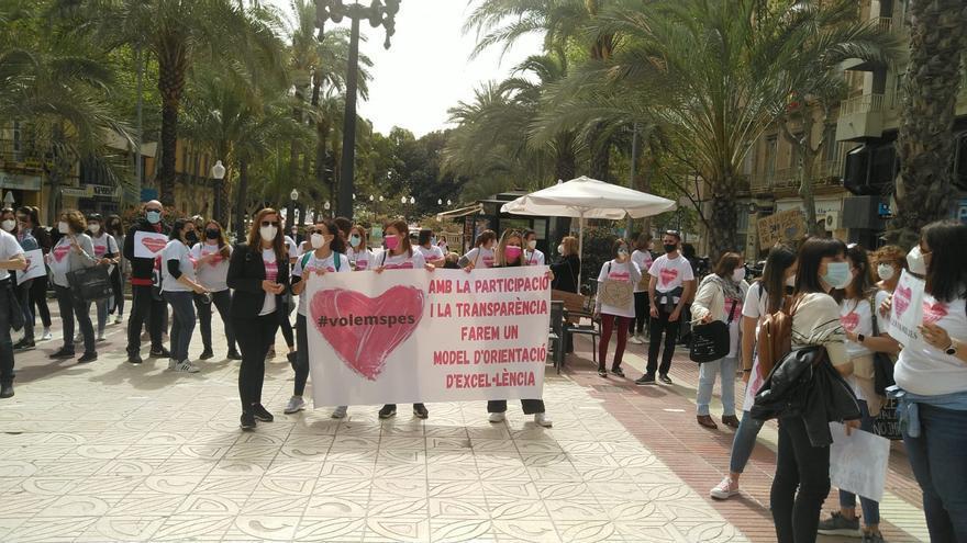 Orientadores escolares se concentran ante la sede del Consell en Alicante