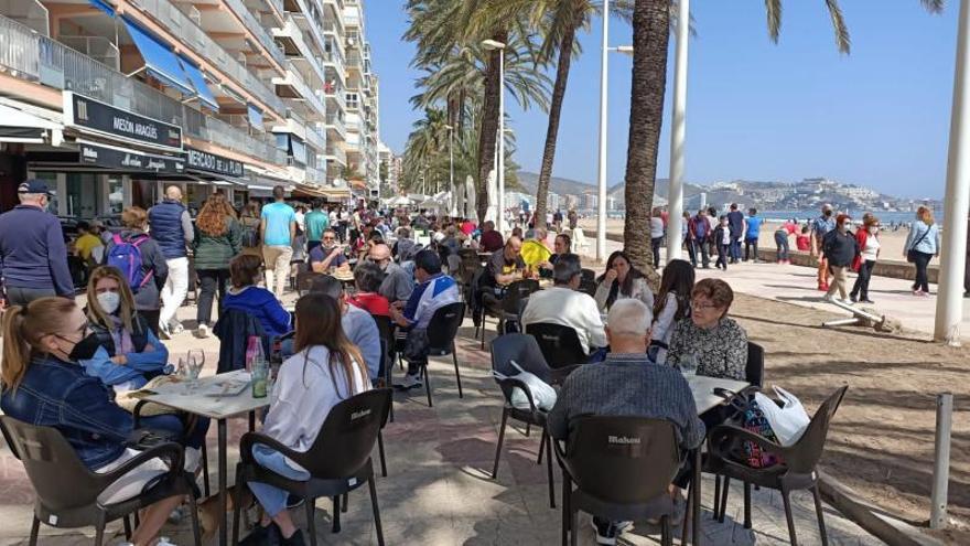 El buen tiempo llena las terrazas del paseo marítimo de Cullera