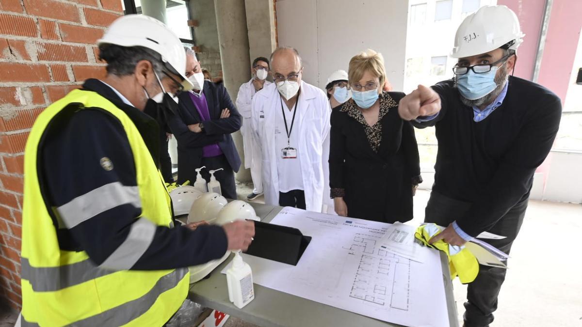 La consellera Ana Barceló ha visitado las obras del hospital la Plana