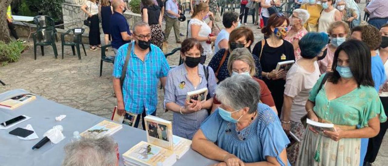 Cervelló firma ejemplares tras la presentación de su novela en la Muntanyeta. | LEVANTE-EMV