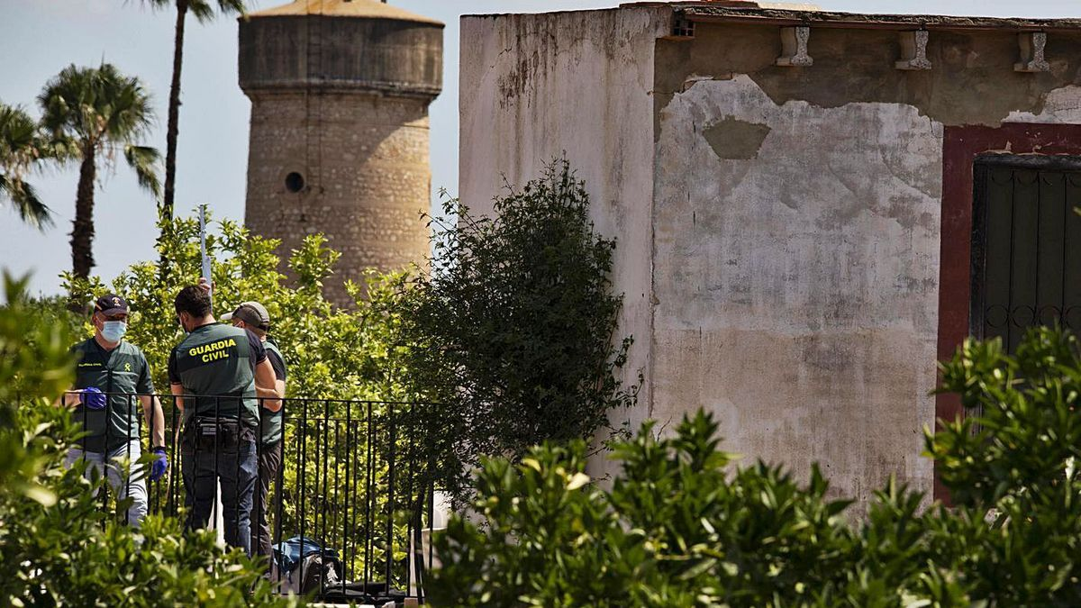 Agentes de la Guardia Civil llevan a cabo un minucioso rastreo en el pozo de la finca de Carcaixent. | PERALES IBORRA