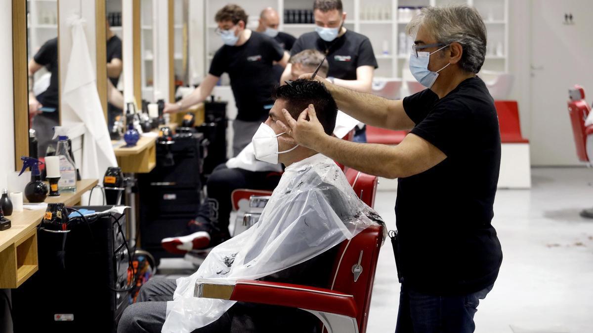 Las peluquerías, contra el veto del Gobierno.