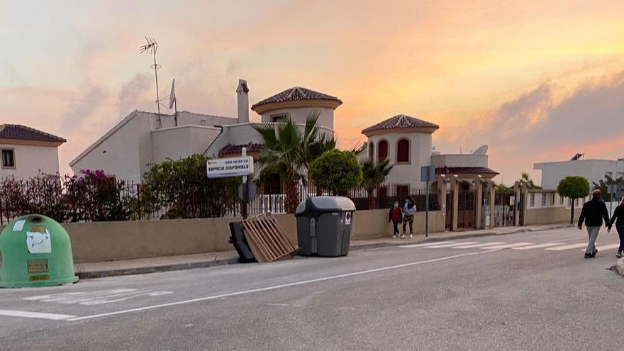 San Fulgencio multa a una empresa de otro municipio por abandonar enseres en la calle