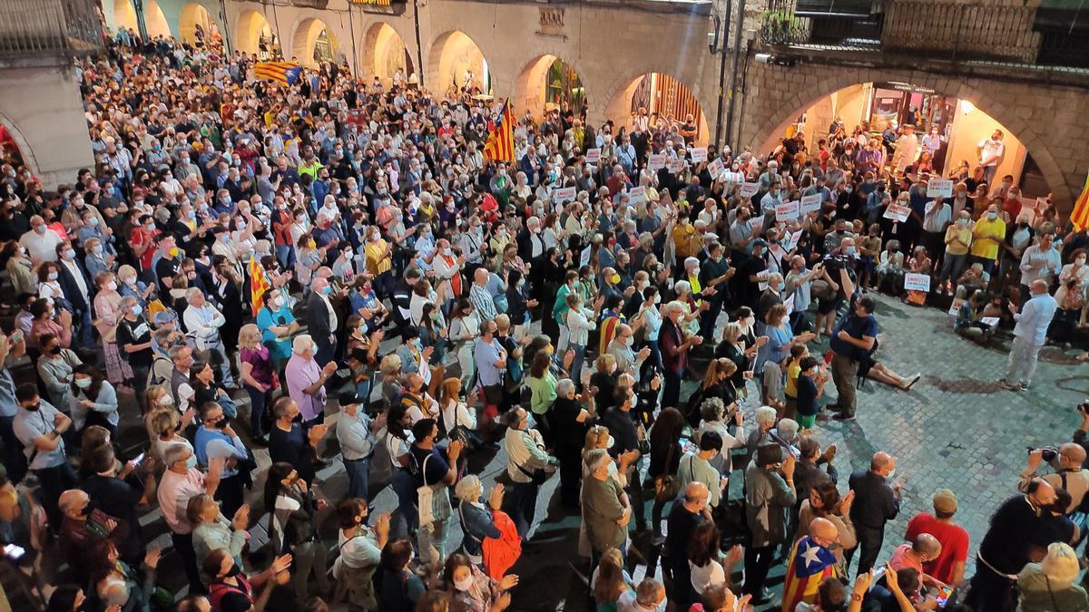 Pla general aeri de la plaça del Vi aquest divendres 24 de setembre de 2021 plena de gent durant l'acte de suport a Puigdemont.