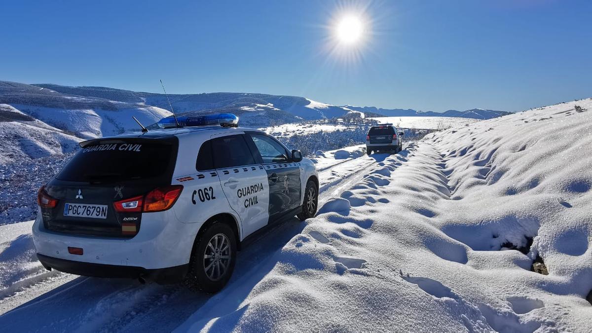 Coches de la Guardia Civil en la montaña nevada de Lugo. / Guardia Civil de Lugo