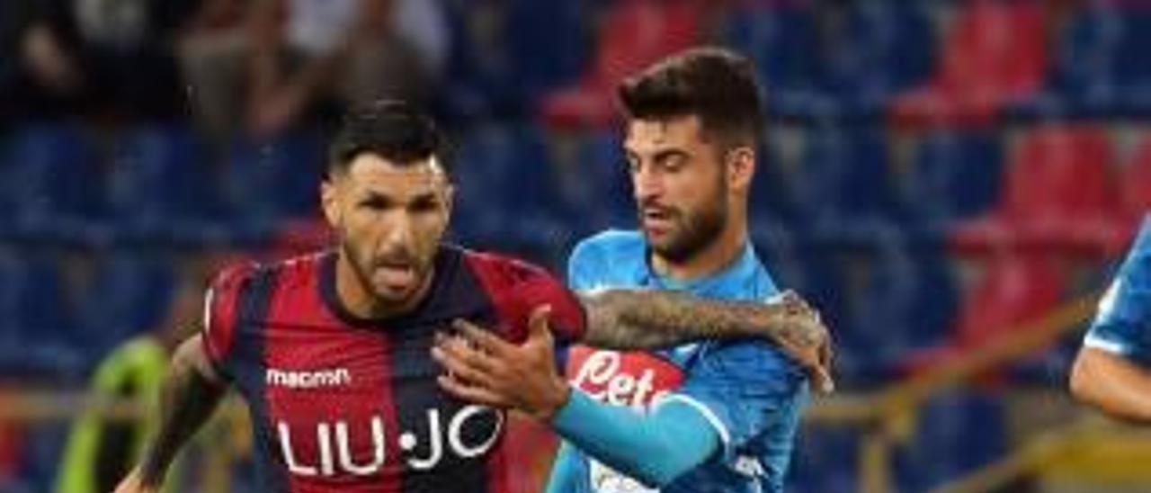 Roberto Soriano controla el esférico en el partido ante el Nápoles.