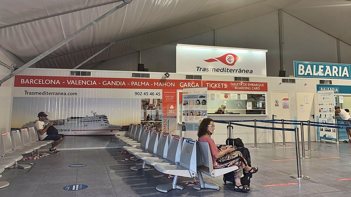Pasajeros en las oficinas de Trasmediterránea en el dique de es Botafoc, en el puerto de Eivissa. | M. DE LAMA