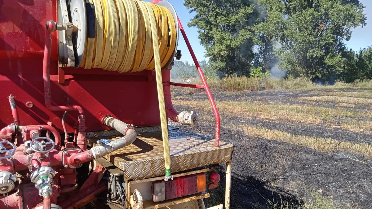 Camión de bomberos trabaja en un incendio.