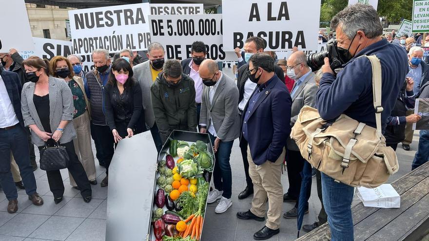 Los regantes arrancan las protestas contra el recorte del trasvase en Alicante