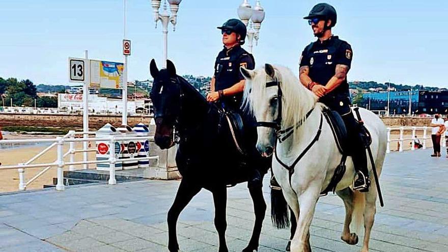 Policías a caballo de paseo por la playa de San Lorenzo