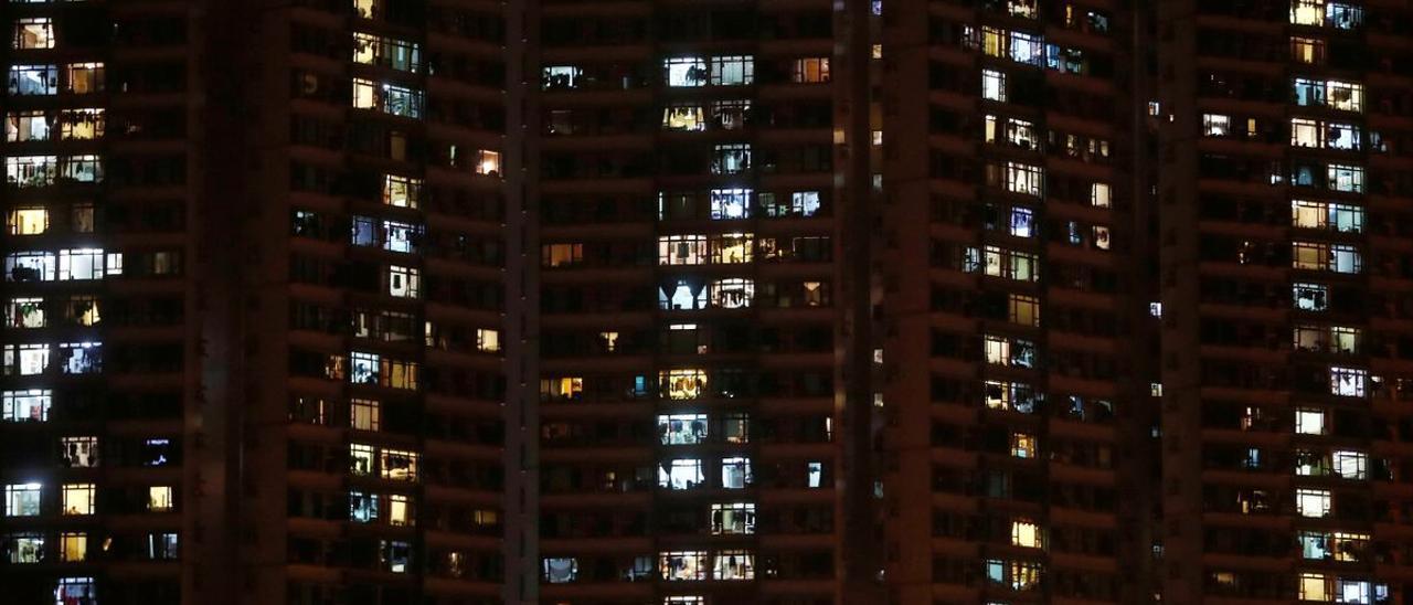 Imagen de archivo de un edificio de noche.