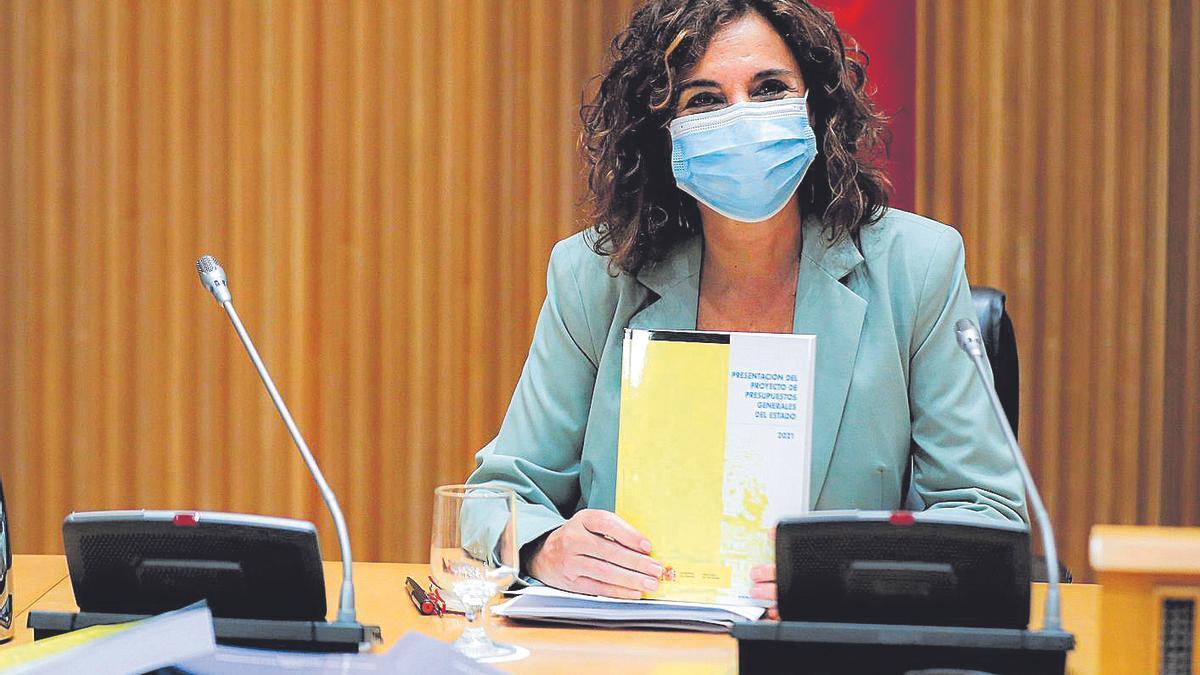 La ministra de Hacienda, María Jesús Montero, muestra los Presupuestos del Estado 2021.
