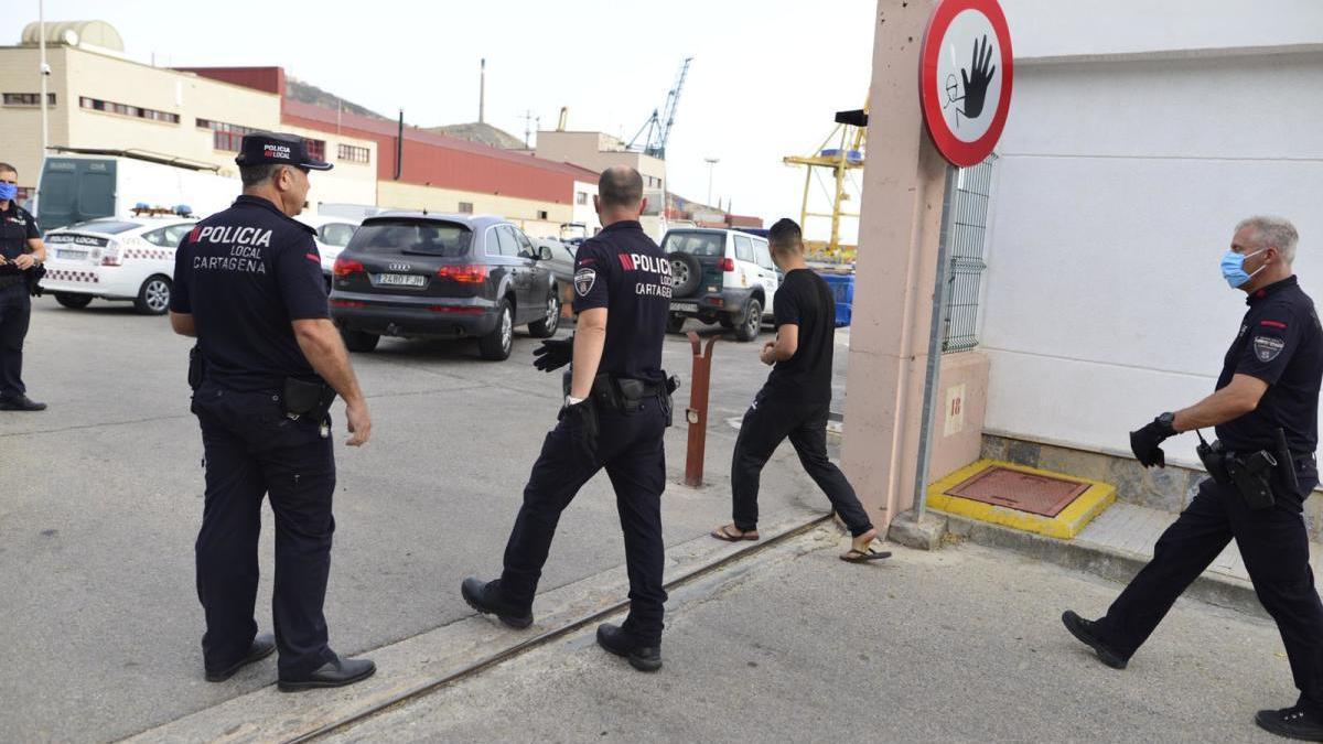 La Policía Local devuelve al puerto al primer fugado que cogieron.