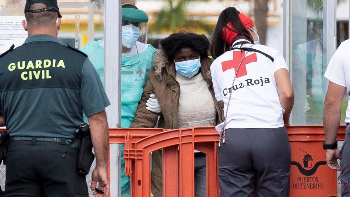 Salvamento rescata en Tenerife a 37 inmigrantes en una patera, entre ellos ocho menores