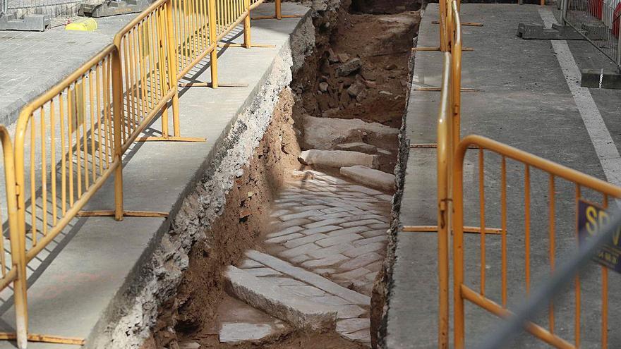 Las obras de la calle María Cristina sacan pavimentos de los últimos dos siglos