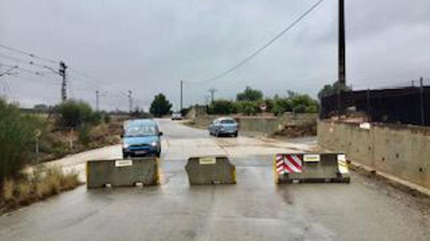 Canals cierra los accesos al municipio con bloques de hormigón