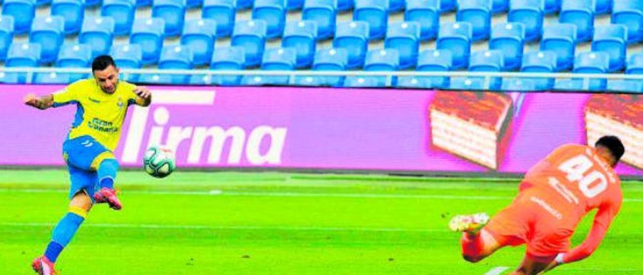 Rubén Castro golpea el balón que significó su último gol de esta temporada, el segundo que marcó al Extremadura.