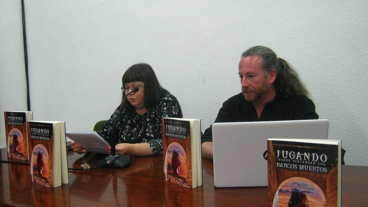 El escritor que impartirá el taller, Juan José Carracedo, en la presentación de su libro