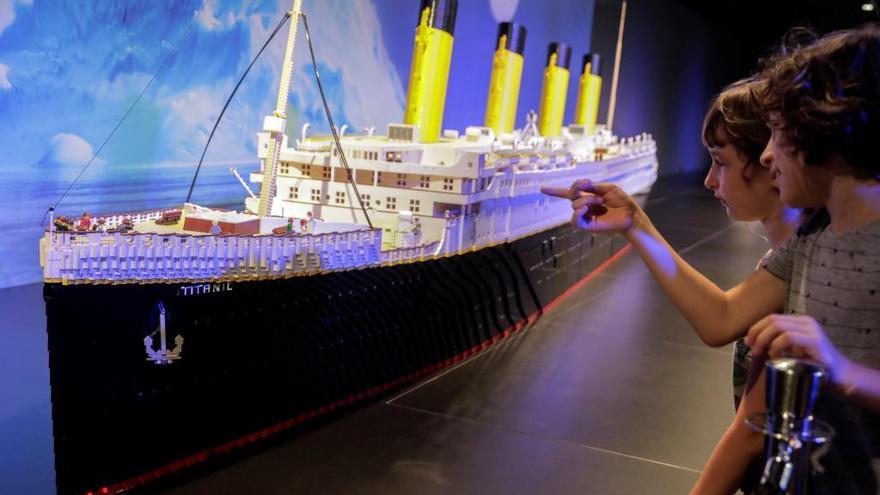 Medio millón de piezas Lego articulan la historia del transporte en València