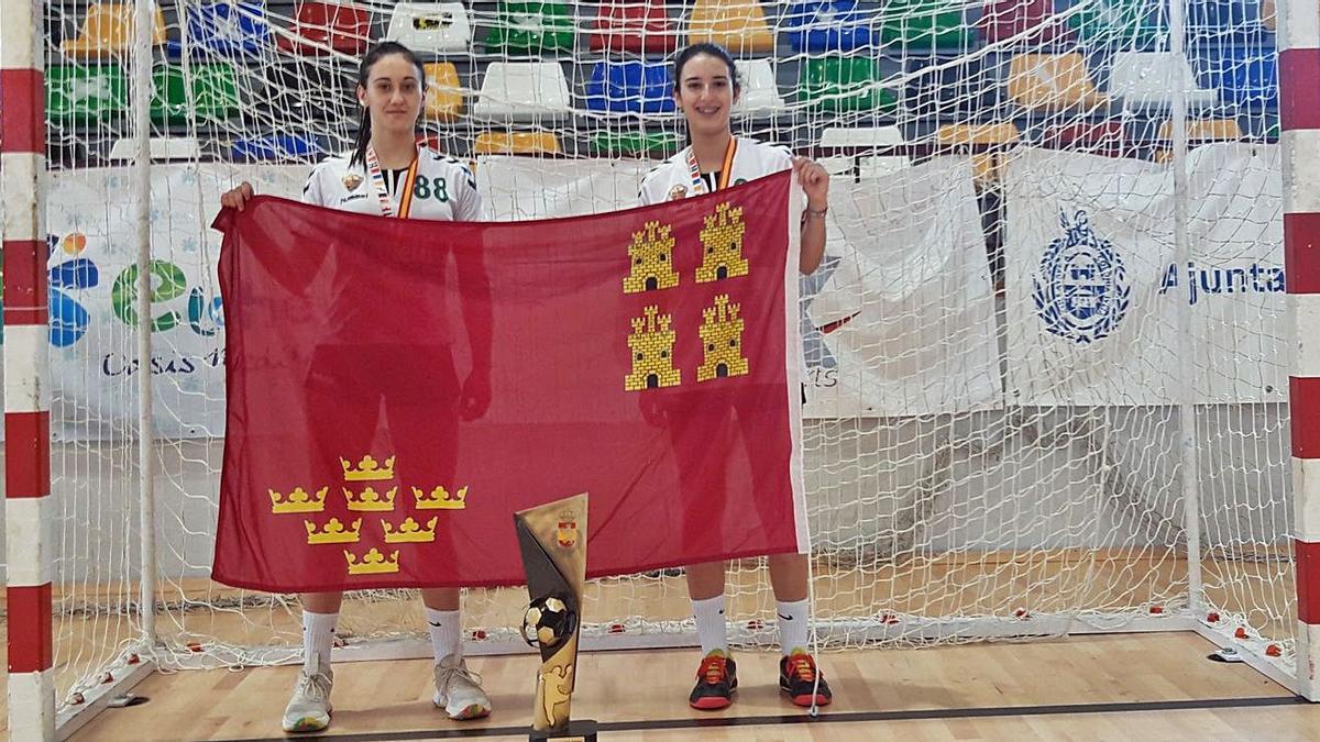 María Sánchez y Claudia Moreno, celebrando el título con la bandera de la Región.   L.O.