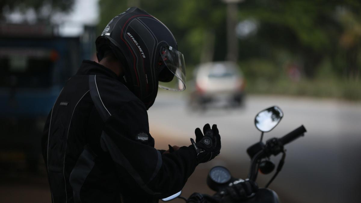 Un motorista se prepara para salir a la carretera