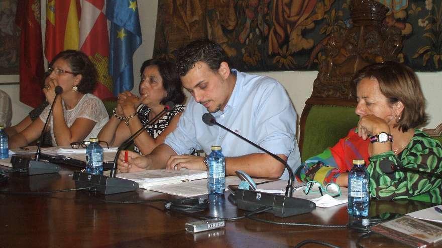 Ángeles Medina, a la izquierda del alcalde, junto a otras compañeras concejalas en un pleno.